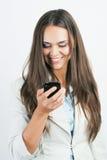 Affärskvinna som överför ett textmeddelande Arkivfoton