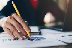 Affärskvinna som analyserar data från rapport- och bärbar datordatoren på trätabellen bakgrundsbegreppet bantar guld- äggfinans royaltyfri fotografi