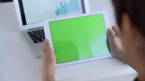 Affärskvinna som analyserar graf- och diagramfinans med informationsrapporten och statistik om data på bärbar datordatoren lager videofilmer