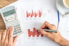 Affärskvinna som analyserar statistiska grafer royaltyfria foton