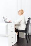 Affärskvinna som använder bärbar datormaskinskrivning Arkivfoton