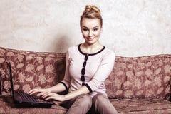 Affärskvinna som använder datoren. Hem- techn för internet Arkivfoton