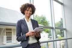 Affärskvinna som använder den digitala minnestavlan på konferensmitten Royaltyfria Foton