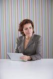 Affärskvinna som använder en digital minnestavla Arkivbilder