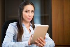 Affärskvinna som använder en digital minnestavla royaltyfri bild