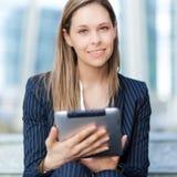 Affärskvinna som använder en minnestavla arkivfoton