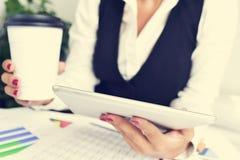 Affärskvinna som använder en minnestavladator Royaltyfri Bild