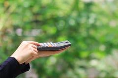 Affärskvinna som använder en räknemaskin på grön bakgrund, redovisningsbegrepp fotografering för bildbyråer