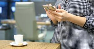 Affärskvinna som använder en smart telefon lager videofilmer