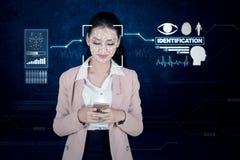 Affärskvinna som använder framsidalegitimationID fotografering för bildbyråer