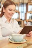 Affärskvinna som använder hennes digitala flik Royaltyfri Foto