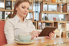 Affärskvinna som använder hennes digitala flik Fotografering för Bildbyråer