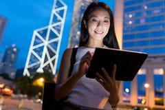 Affärskvinna som använder minnestavladatoren i den Hong Kong staden Royaltyfria Bilder
