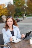Affärskvinna som använder minnestavlan på lunchavbrott. Royaltyfri Fotografi