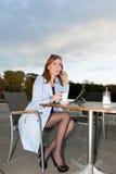 Affärskvinna som använder minnestavlan på lunchavbrott. Arkivfoton