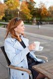 Affärskvinna som använder minnestavlan på lunchavbrott. Royaltyfri Bild
