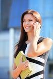 Affärskvinna som använder mobiltelefonen Arkivfoto