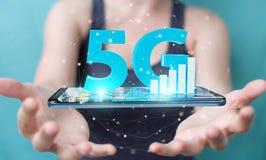 Affärskvinna som använder nätverket 5G med tolkningen för mobiltelefon 3D Arkivbild