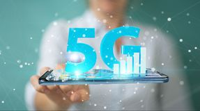 Affärskvinna som använder nätverket 5G med tolkningen för mobiltelefon 3D Royaltyfria Foton