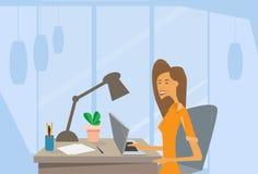 Affärskvinna som använder skrivbordet för kontor för arbetsplats för bärbar datordator royaltyfri illustrationer