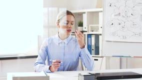 Affärskvinna som använder smartphonestämmaregistreringsapparaten lager videofilmer