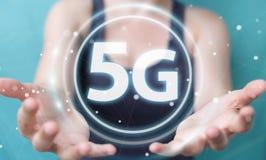 Affärskvinna som använder tolkningen för manöverenhet för nätverk 5G 3D Arkivbild