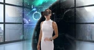Affärskvinna som använder virtuell verklighetexponeringsglas