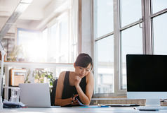 Affärskvinna som arbetar i modernt kontor royaltyfria bilder