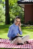 Affärskvinna som arbetar i trädgården Royaltyfri Foto