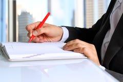 Affärskvinna som arbetar och analyserar finansiella diagram Arkivbilder