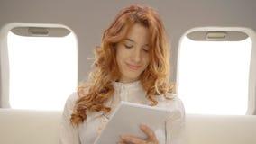 Affärskvinna som arbetar på affärsplan i privat flygplan lager videofilmer