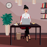 Affärskvinna som arbetar på arbetsplatsen Royaltyfria Foton