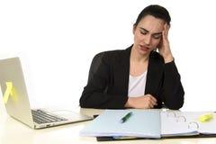 Affärskvinna som arbetar på bärbara datorn på kontoret i spänningen som lider intensiv huvudvärkmigrän Royaltyfri Fotografi