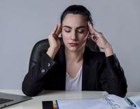 Affärskvinna som arbetar på bärbara datorn på kontoret i spänningen som lider intensiv huvudvärkmigrän Royaltyfria Bilder