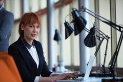 Affärskvinna som arbetar på datoren på kontoret Arkivfoto