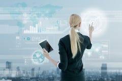 Affärskvinna som arbetar på den digitala faktiska skärmen, affärsstrate Arkivfoton
