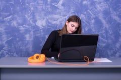 Affärskvinna som arbetar på en bärbar dator, avlägset arbete arkivbild