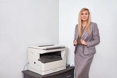 Affärskvinna som arbetar på en kopieringsmaskin på kontoret Royaltyfri Bild