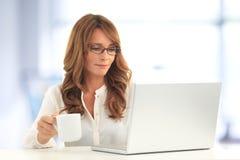 Affärskvinna som arbetar på presentation på kontoret arkivbilder