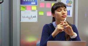 Affärskvinna som arbetar på skrivbordet i ett modernt kontor 4k stock video