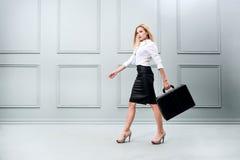 Affärskvinna som bär en portfölj arkivbild