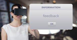 Affärskvinna som bär VR-exponeringsglas som läser text, medan stå mot defocused bakgrund Arkivfoton