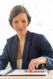 Affärskvinna som balanserar böckerna Royaltyfri Foto