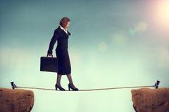 Affärskvinna som balanserar på en spänd lina Royaltyfri Bild