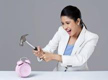 Affärskvinna som bryter ringklockan royaltyfri fotografi