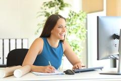 Affärskvinna som direktanslutet arbetar och tar anmärkningar royaltyfri fotografi