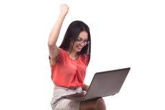 Affärskvinna som direktanslutet arbetar på en bärbar dator - som isoleras över vit Royaltyfri Fotografi