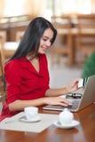 Affärskvinna som direktanslutet shoppar Arkivbild