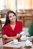 Affärskvinna som direktanslutet shoppar Arkivfoto