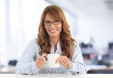 Affärskvinna som dricker kaffe Fotografering för Bildbyråer